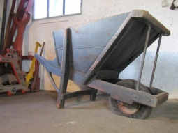 industrieel-antiek-kruiwagen-wheelbarrow-shop-display-b6z